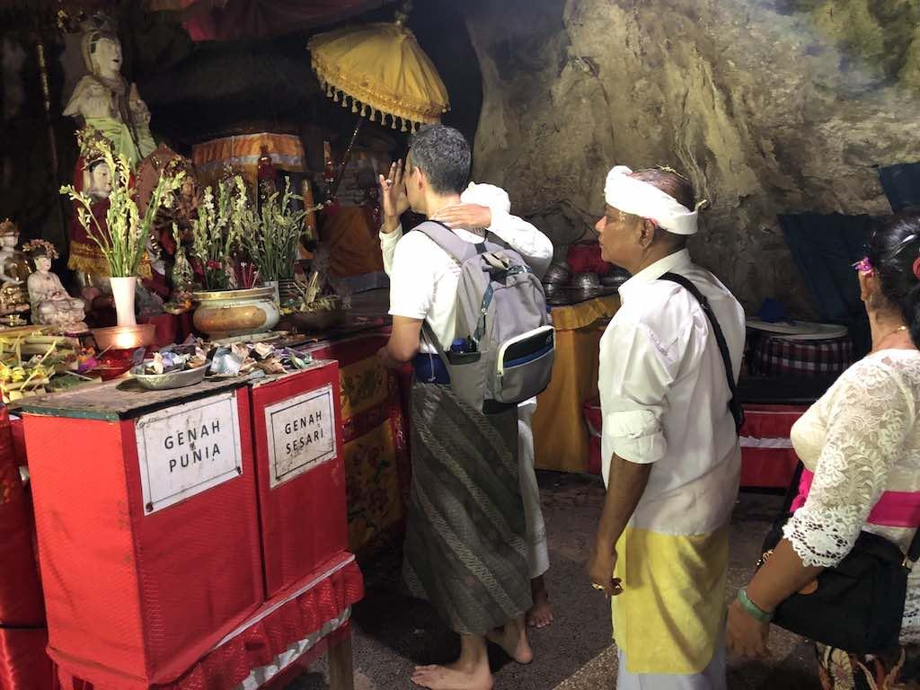 Pura Goa Giri Putri Nusa Penida Bali Upacara terakhir