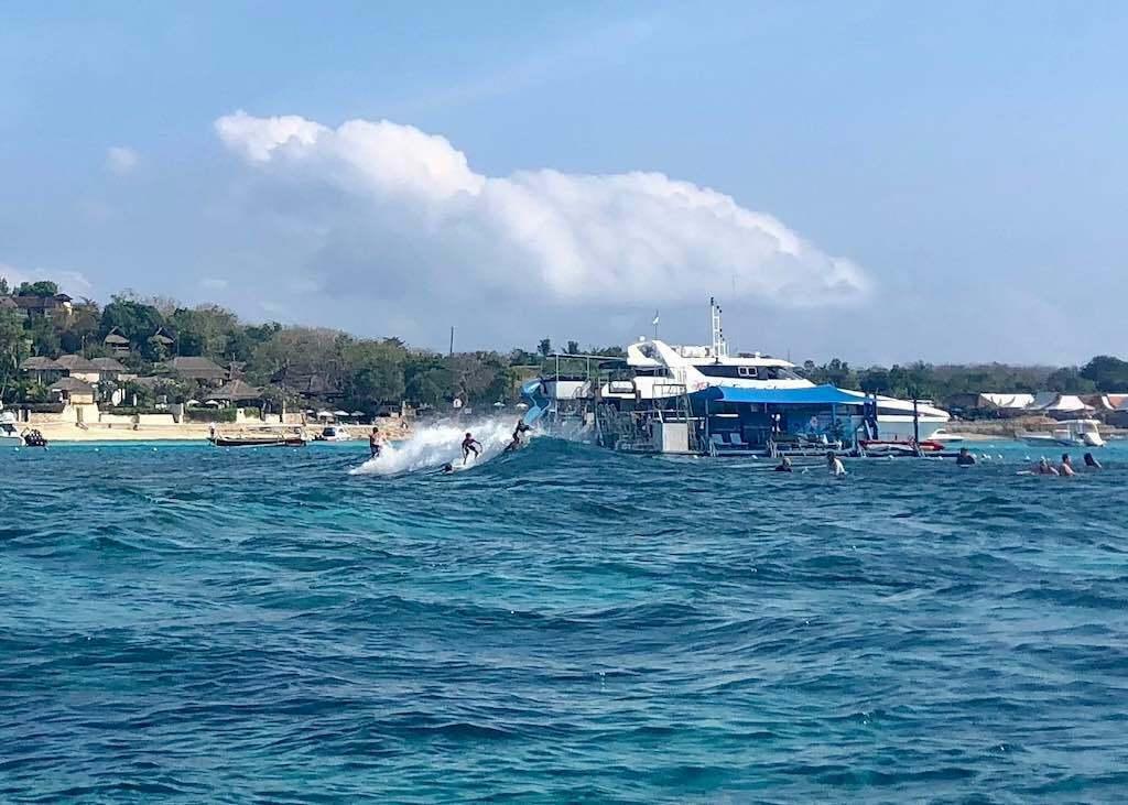 Berselancar di Nusa Lembongan Bali