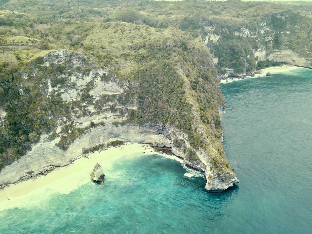 Pemandangan Pantai Suwehan Beach Nusa Penida Bali drone